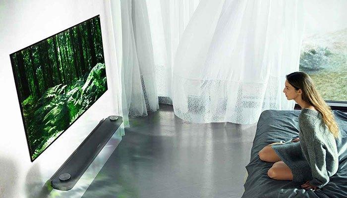Âm thanh vòm của Dolby Atmos tivi OLED LG mang đến bạn cảm giác như trong rạp chiếu phim