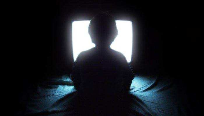 Thói quen xem tivi trong bóng tối lợi hay hại?