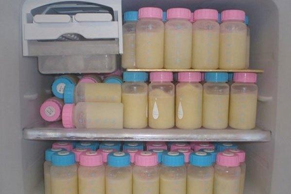 Với các mẹ bận rộn, bảo quản sữa trong tủ lạnh sẽ tiện hơn rất nhiều