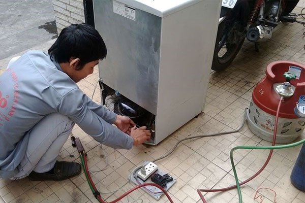 Đối với tủ lạnh đã cũ, bạn nên đưa đến các trung tâm bảo trì để việc thay gas diễn ra hiệu quả hơn