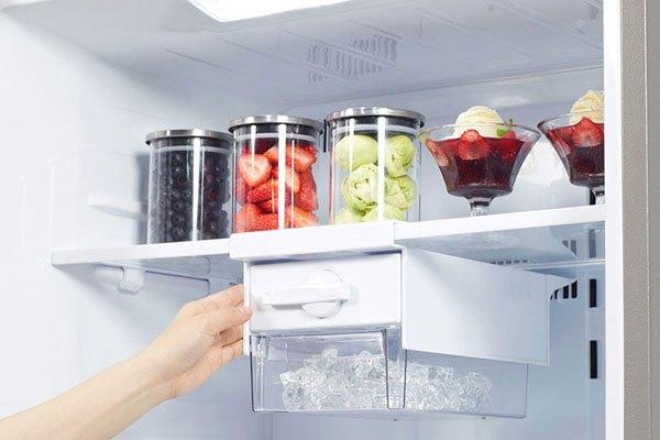 Vệ sinh hệ thống làm đá của tủ lạnh side by side thường xuyên để không gây ra mùi hôi khó chịu