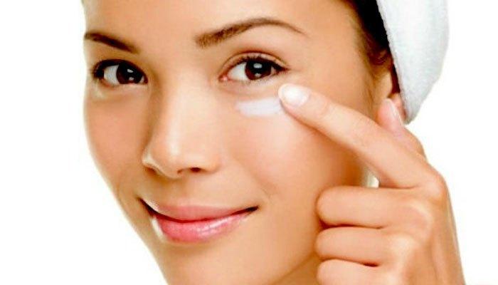 Kem dưỡng vùng mắt được bảo quản trong tủ lạnh sẽ phát huy công dụng hiệu quả hơn