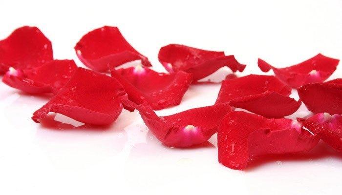 Hoa hồng không chỉ để trang trí mà còn là nguyên liệu làm đẹp của chị em để dưỡng mội xinh khi ngồi trong phòng máy lạnh đấy