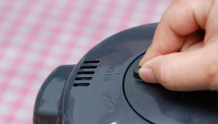 Khóa bơm tay để nước không chảy khi nhấn bình thủy điện