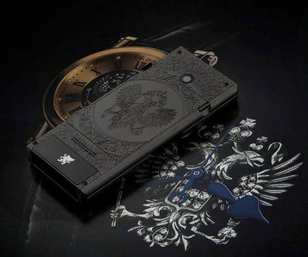 Điện thoại được thiết kế lấy cảm hứng từ biểu tượng chim 2 đầu trên quốc huy của Nga