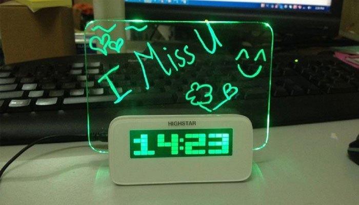 Đồng hồ kèm bảng ghi nhớ phát quang với những ghi chú ngọt ngào sẽ khiến bạn nữ cảm thấy cực kì hạnh phúc đấy!