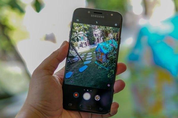 Cả camera trước và sau điện thoại Galaxy J7 Pro đều có độ phân giải 13 MP