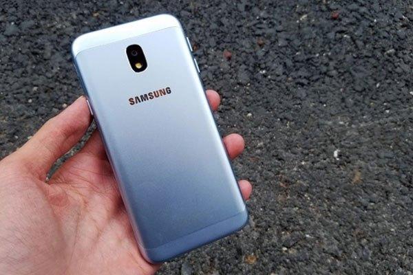 Điện thoại Galaxy J3 Pro có nhiều chi tiết còn lại vẫn được giữ nguyên như trên điện thoại J7 Pro với cụm camera sau được thiết kế không lồi