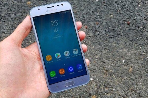 Điểm trừ duy nhất về phần màn hình của chiếc điện thoại Galaxy J3 Pro chính là viền đen xung quanh, tuy nhiên nếu bạn xài phiên bản màu đen thì có thể che được yếu tố này.