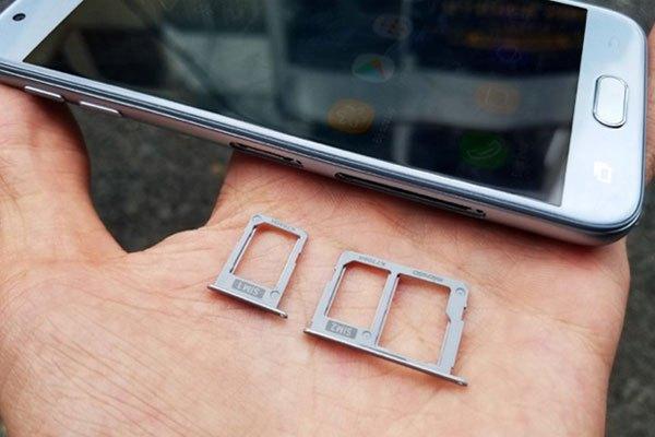Việc thiết kế khe SIM chuẩn Nano và khe thẻ nhớ microSD hỗ trợ dung lượng tối đa lên đến 256GB là một điểm cộng khác trên chiếc điện thoại Galaxy J3 Pro