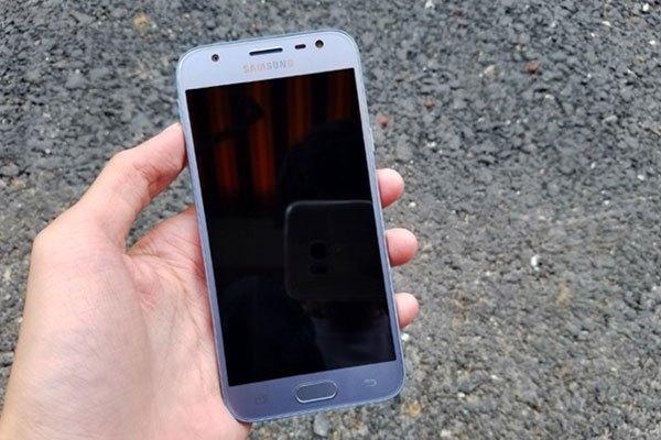 Mặt trước của điện thoại Galaxy J3 Pro cũng được làm tông màu xanh như phần mặt lưng và được bảo vệ bằng kính cường lực bo cong 2.5D mang đến cảm giác vuốt cảm ứng thoải mái hơn.