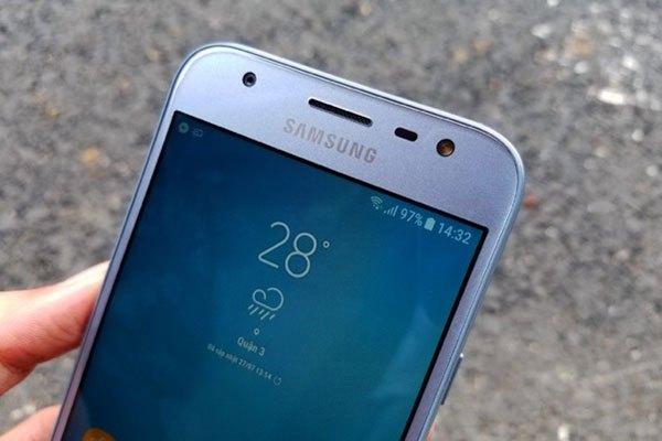 Cạnh trên của điện thoại Galaxy J3 Pro gồm: camera độ phân giải 5MP khẩu độ f/2.2, dải loa thoại, cảm biến tiệm cận và đèn flash LED trợ sáng khi chụp selfie.
