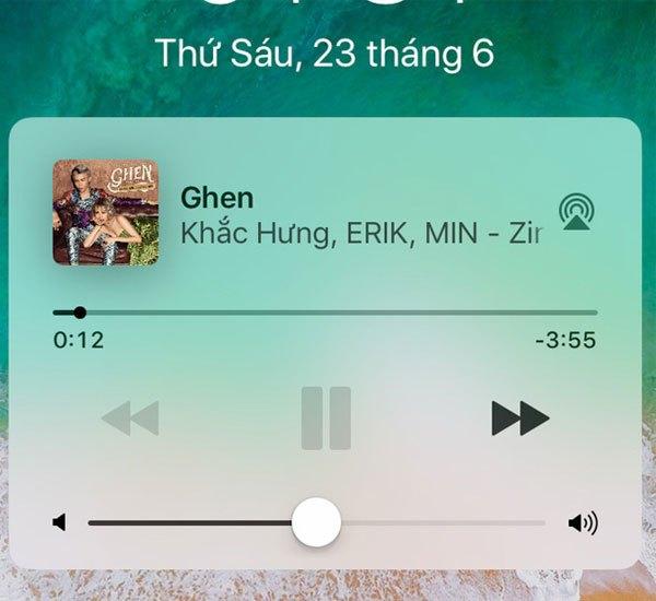 Ảnh bìa ca khúc đang phát đã được hiển thị chính xác trên widget nhạc ở màn hình khóa điện thoại iPhone với hệ điều hành iOS 11 Beta 2