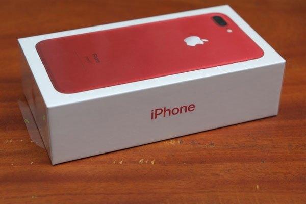 Logo apple được đặt ở cạnh trên và dưới hộp điện thoại iPhone 7 Plus màu đỏ