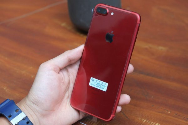 Đây là chiếc điện thoại iPhone 7 Plus màu đỏ
