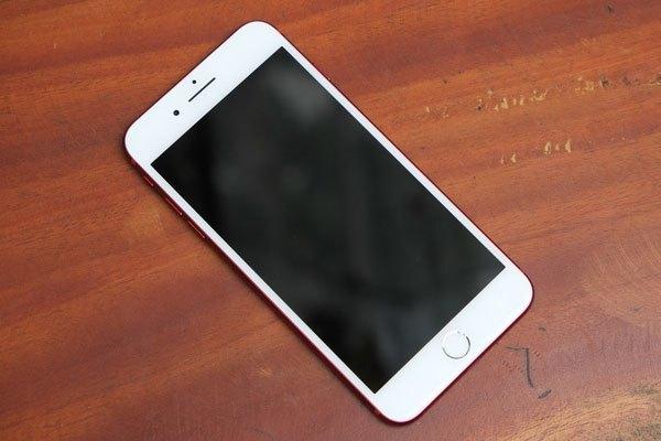 Mặt trước của chiếc điện thoại iPhone 7 Plus màu đỏ là tông màu trắng