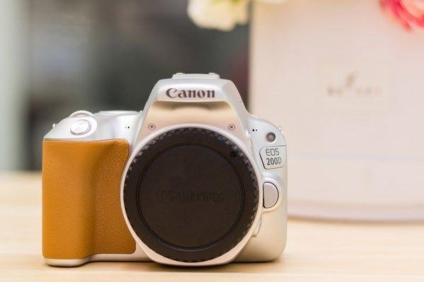 Chiếc máy ảnh này được Canon trang bị cảm biến 24 mpx kèm theo bộ xử lí hình ảnh Digic 7