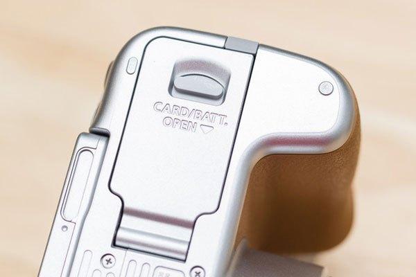 Đáy máy ảnh là nơi chứa pin và thẻ nhớ.