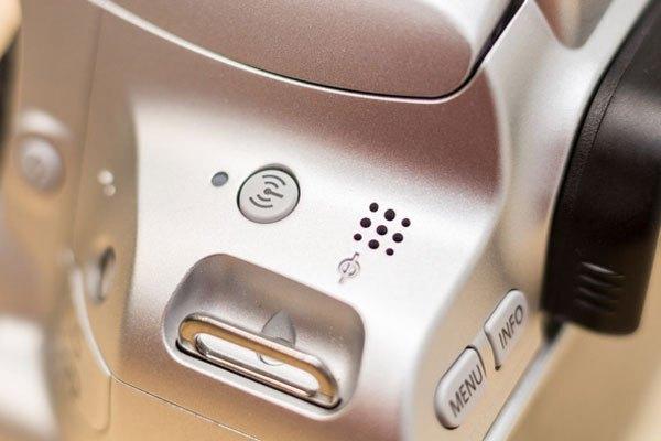 Ngoài ra nút bấm nhỏ dùng để bật tắt tính năng WiFi cũng được trang bị ở cạnh phải máy ảnh.