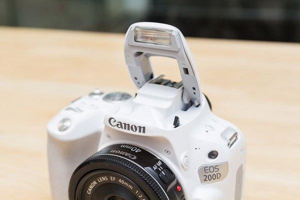 """Flash """"cóc"""" để trợ sáng cho máy ảnh trong điều kiện tối."""