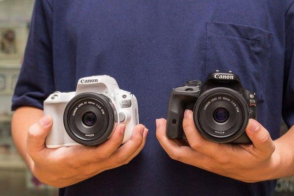 """Để tạo sự chắc chắn cũng như thoải mái khi cầm sử dụng, máy ảnh 200D được làm dài hơn, cao hơn và cũng dày hơn so với """"đàn anh""""."""