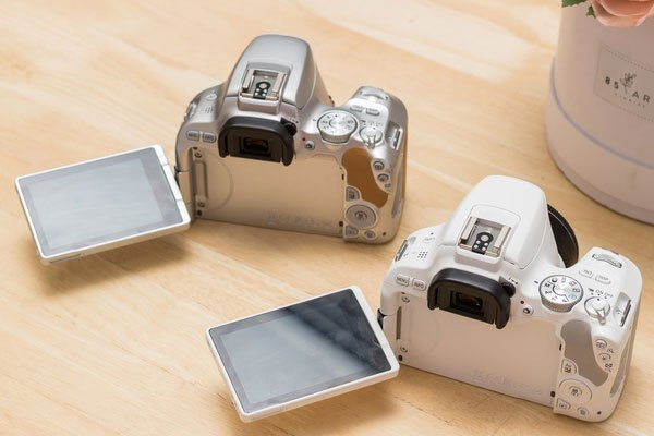 Và phần màn hình 3 inch cảm ứng với khả năng, xoay,  lật, gập là điều mà người dùng mong muốn nhất đã có trên máy ảnh 200D.