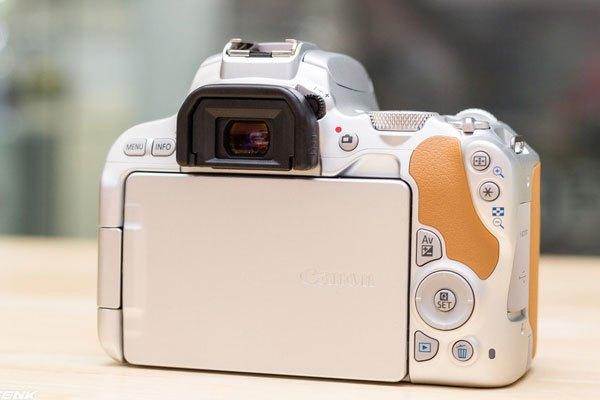 Layout nút bấm ở mặt sau của 200D vẫn được giữ tương tự như trên máy ảnh 100D.