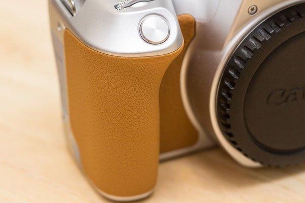 Phần nắm tay của máy ảnh 200D được làm sâu và dày hơn so với phiên bản cũ để tạo cảm giác cầm thoải mái hơn.