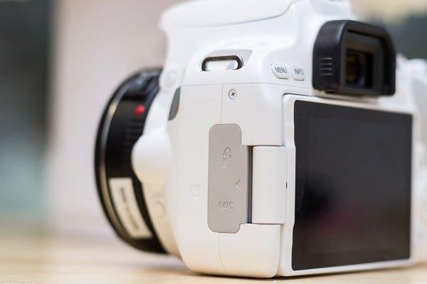 Khe cắm mic và dây bấm chụp mềm đặt ở cạnh trái máy ảnh.