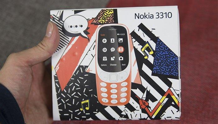 Hộp của điện thoại Nokia 3310 2017 được thiết kế với nhiều màu sắc và họa tiết bắt mắt hơn