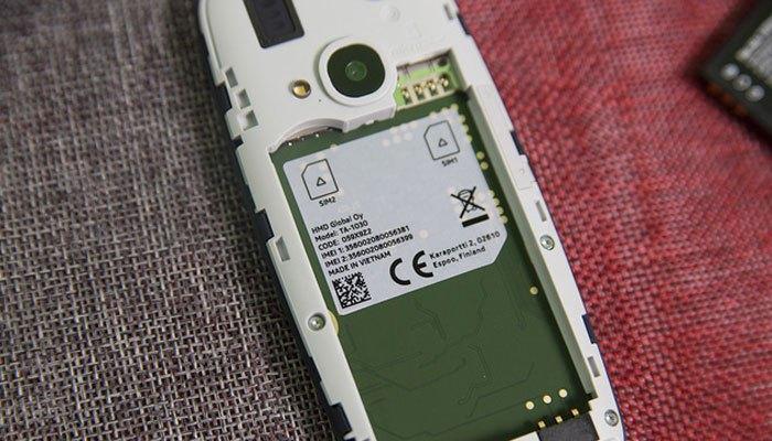 Điện thoại Nokia 3310 hỗ trợ 2 SIM 2 sóng, tích hợp khe cắm thẻ nhớ rời và được sản xuất tại Việt Nam.