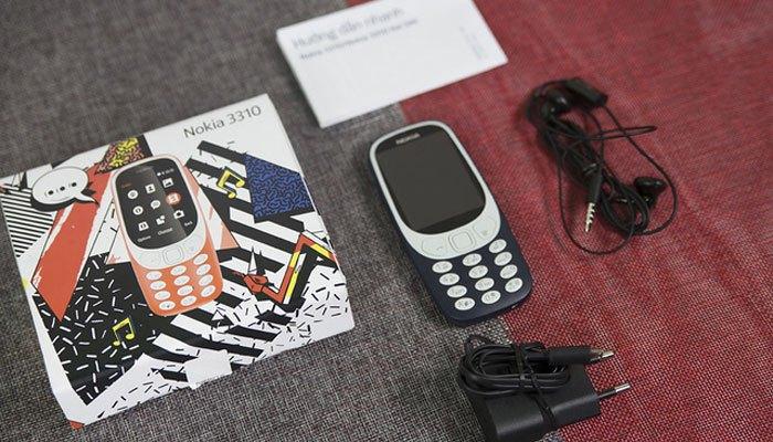 Hộp điện thoại Nokia 3310 gồm một dây sạc chuẩn microUSB, tai nghe, sách hướng dẫn bằng tiếng Việt.