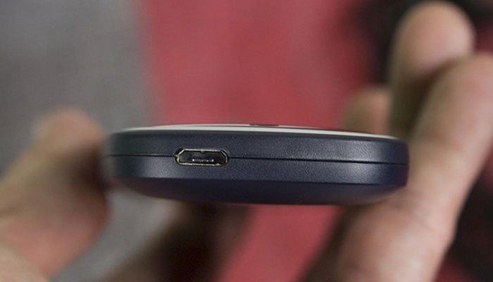 Cạnh trên điện thoại Nokia 3310 là cổng sạc microUSB.