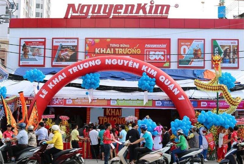 Nhân viên Nguyễn Kim Quận 7 có mặt từ sớm tại Trung tâm mua sắm để sẵn sàng phục vụ, đón tiếp quý khách hàng.