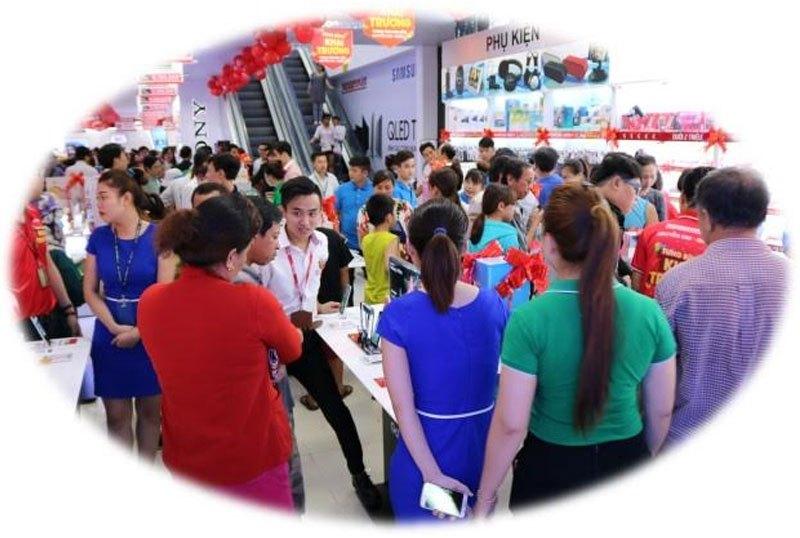 Nhân viên Nguyễn Kim Quận 7 tư vấn tận tình, giúp khách hàng hiểu thêm về sản phẩm.