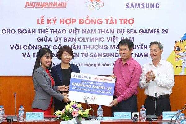 Đại diện Công ty Cổ phần thương mại Nguyễn Kim và Tập đoàn điện tử Samsung Việt Nam ký kết tài trợ Đoàn Thể thao Việt Nam tham dự SEA Games 29.