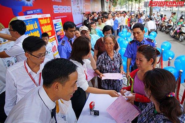 Nhân viên Nguyễn Kim hướng dẫn mua điện thoại Galaxy J7 Pro