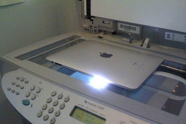 Rút gọn những khâu rườm rà của việc photo bằng cách đặt iPad lên trực tiếp máy photocopy, liệu rằng sẽ hiệu quả chứ?
