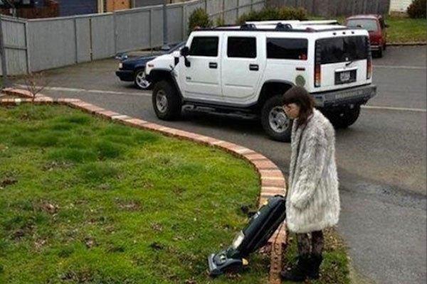 Sao lại dùng máy hút bụi ở đây nhỉ? Cô gái này nên được khen thưởng vì ý thức dọn dẹp vệ sinh môi trường quá cao chăng?