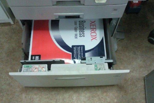 """Còn để """"nguyên seal"""" thế này, máy rút giấy thế nào đây?"""