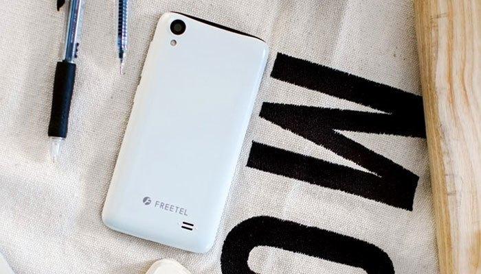 Thiết kế nhỏ nhắn cùng màu trắng hiện đại là điểm cộng cho chiếc smartphone này