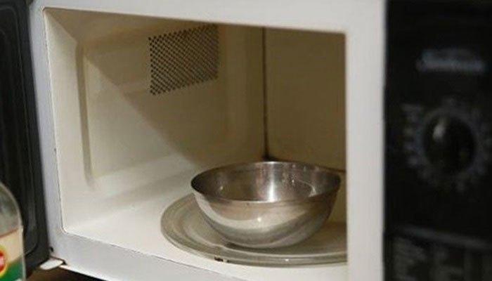 Không sử dụng vật đựng bằng kim loại khi hâm nóng thực phẩm bằng lò vi sóng