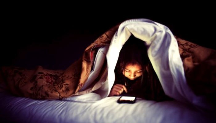Sử dụng điện thoại khi đi ngủ cũng là nguyên nhân khiến thị lực của bạn bị giảm thậm chí là mù lòa
