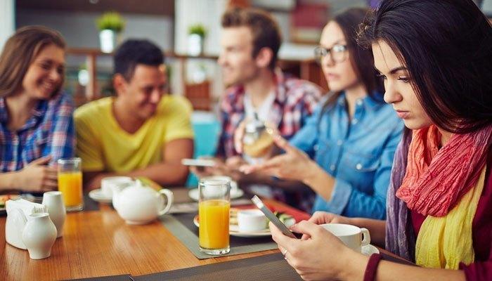 Sử dụng điện thoại khi ăn sẽ dễ làm bạn quên luôn bữa ăn của mình