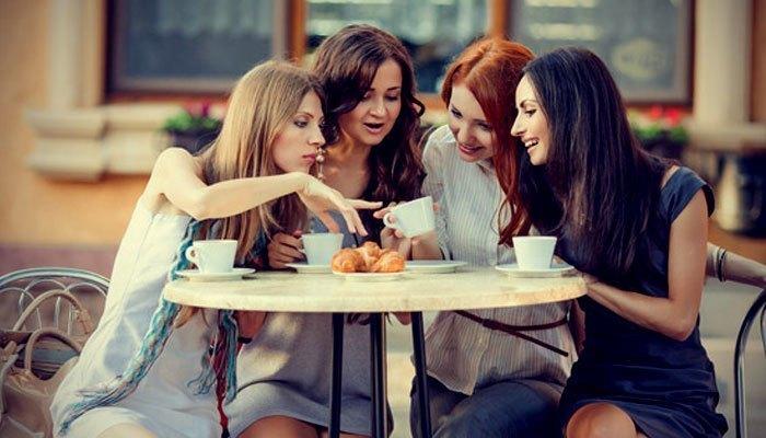 Đi cà phê với bạn bè cũng là một cách cai điện thoại hữu ích