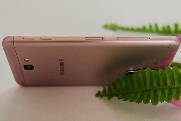 """Điện thoại Galaxy J7 Prime hồng vàng với thiết kế kim loại nguyên khối cùng các góc cong """"gợi cảm"""""""