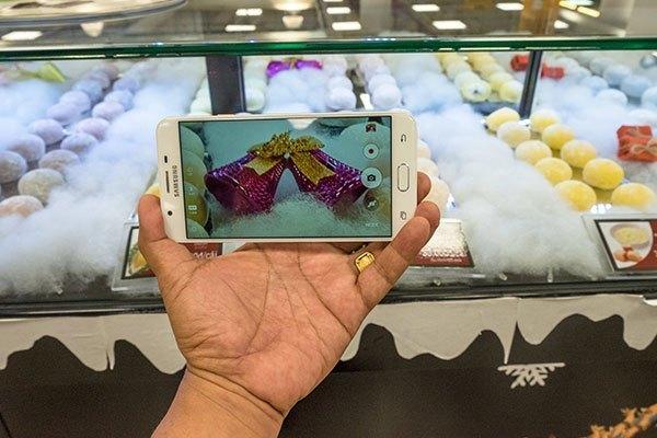 Camera sau 13 MP của điện thoại Samsung Galaxy J7 Prime chụp rõ nét chủ thể qua lớp kính