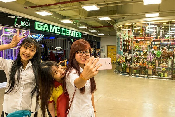 Điện thoại Samsung Galaxy J7 Prime có camera trước 8 MP cùng góc rộng giúp việc selfie với bạn bè trở nên thuận tiện hơn