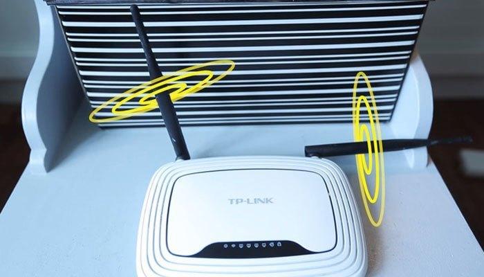 Quay ăng ten của thiết bị mạng theo 2 hướng như hình để tối đa hóa tốc độ của WiFi