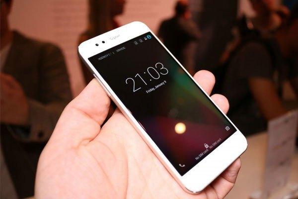 Mẫu điện thoại mới của Arbutus có màn hình 5 inch cùng phần viền mỏng tạo cảm giác nội dung hiển thị tràn ra tận mép